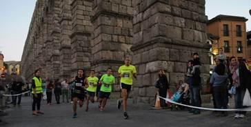"""Unos mil corredores disfrutan de la """"Nocturna"""" más brillante de Segovia"""