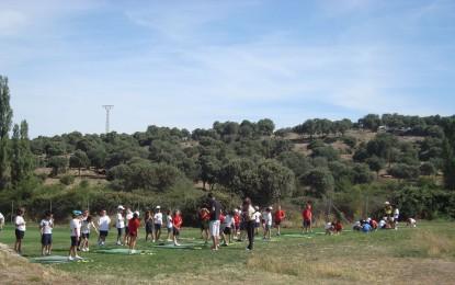Los aficionados al golf pueden practicar y aprender este deporte durante el verano en la Escuela municipal de Golf