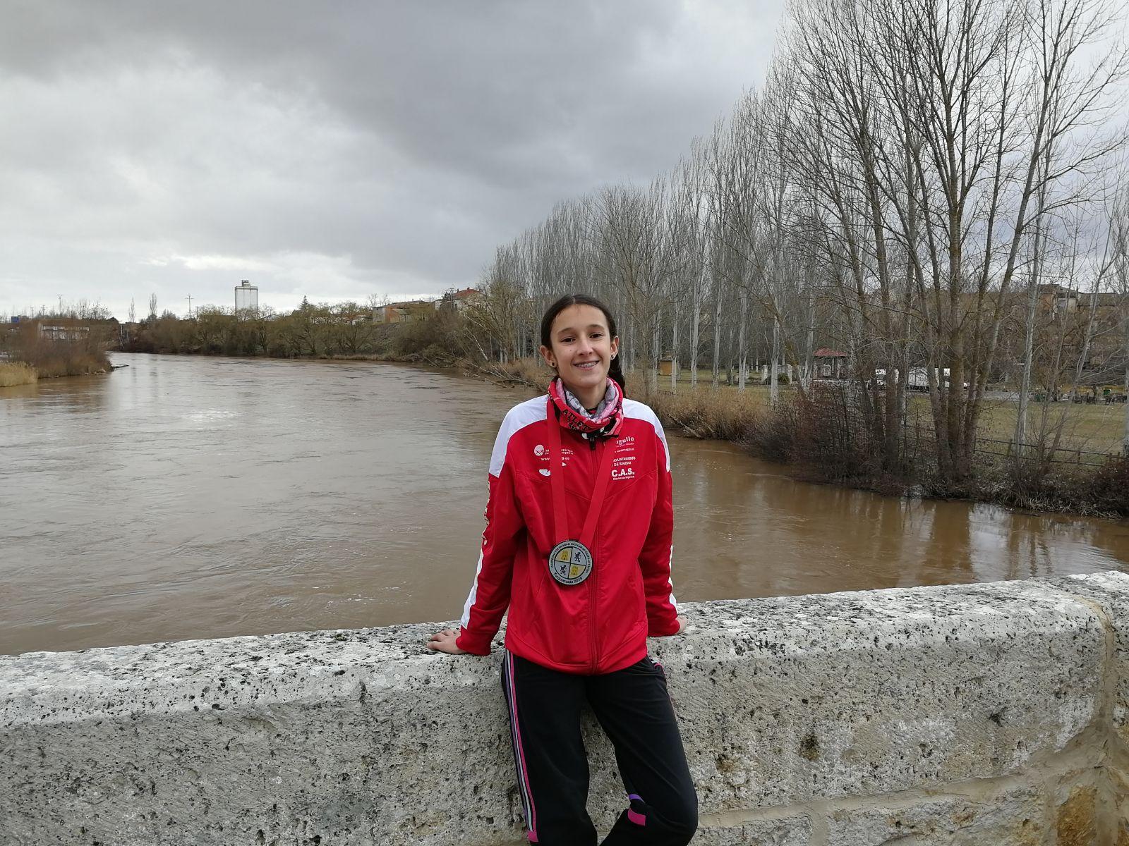La atleta del CAS-Ciudad de Segovia, Pilar Moreno López, consigue el subcampeonato autonómico cadete de Cross Escolar