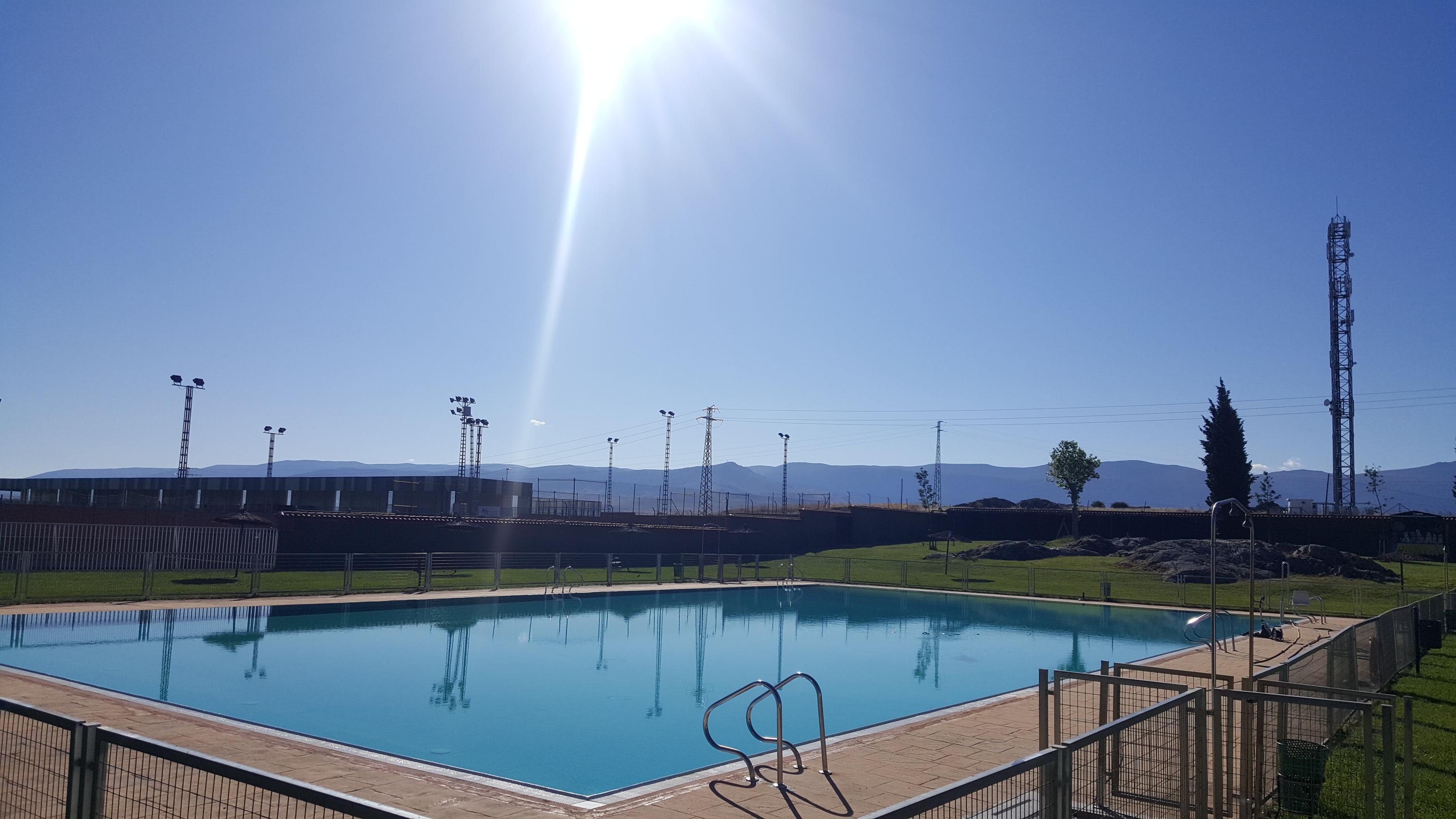 La piscina de verano lista para iniciar la temporada estival